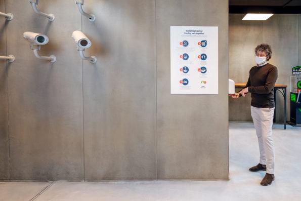 Mann an Hygienestation im Foyer des Spionagemuseums